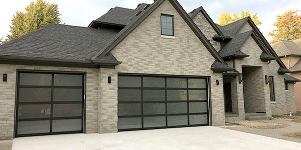 Picture of Vista garage door on new home.